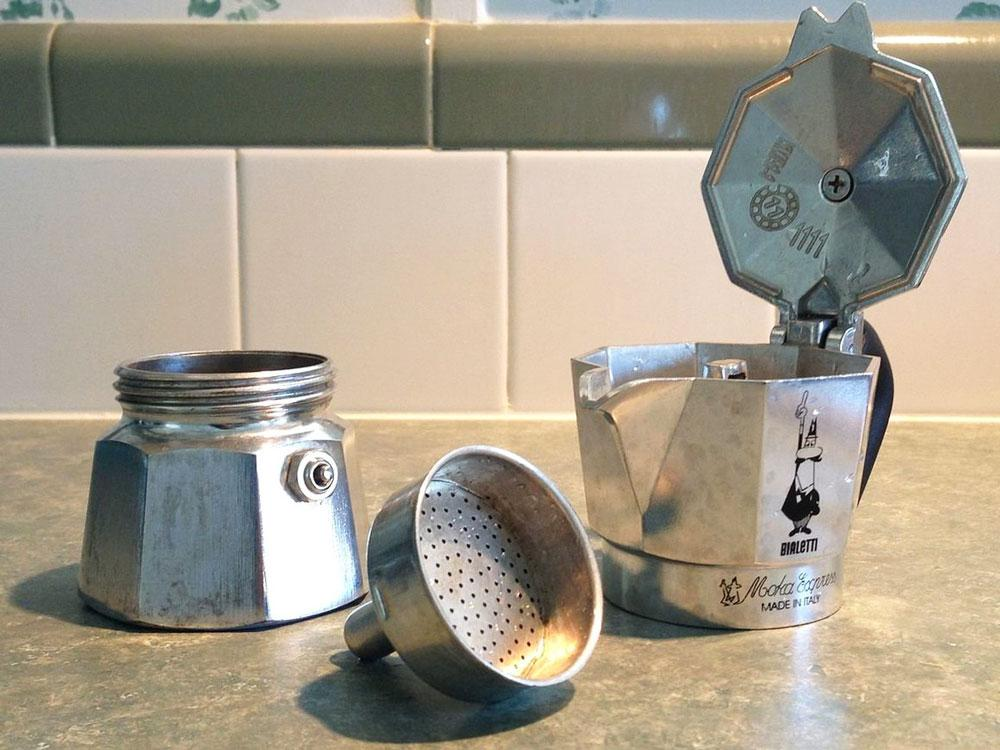 разобранная гейзерная кофеварка